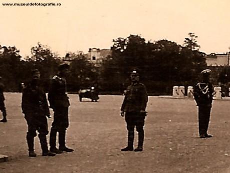 Cei trei militari par a fi tot cei din imginea de la Universitate. In dreapta lor, in centrul imaginii, vedem si un politist ce se ocupa de circulatie.