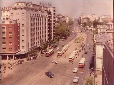 Coltea, Strada Doamnei si Piata Universitatii in anii 50-60. Intersectia nu mai avea rond, dupa demolarea statuii iui Bratianu.