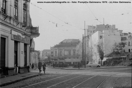 Strada Sf. Vineri la intersectia cu Calea Mosilor cu vedere spre Lipscani, in 1970
